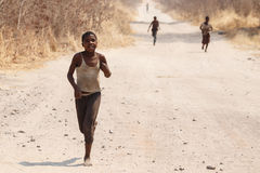 CHOBE BOTSWANA - OKTOBER 5 2013: Fattiga afrikanska barn irrar t Arkivfoton