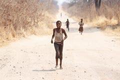 CHOBE BOTSWANA - OKTOBER 5 2013: Fattiga afrikanska barn irrar t Arkivbilder