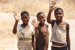 CHOBE, BOTSWANA - 5 OTTOBRE 2013: I bambini africani poveri vagano t Fotografie Stock Libere da Diritti