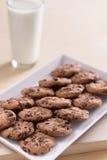 Choc Chip Cookies und Milch Lizenzfreie Stockfotografie