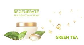 Choc de crème sur un fond blanc Bio bouteille brillante d'essence Crème hydratante avec le thé vert et la crème régénérée photographie stock