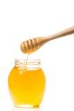 Choc de miel avec le drizzler en bois d'isolement sur le fond blanc photos stock