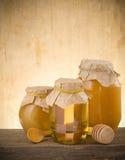 Choc de miel et de bâton photo stock