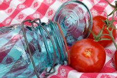 Choc de mise en boîte de tomate en verre de cru Image libre de droits