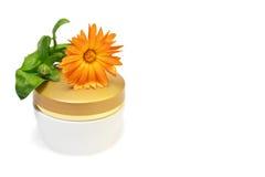 Choc de produits de beauté avec la fleur de calendula Photo stock