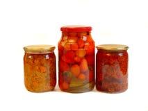Choc de tomates marinées et de légumes en boîte Image stock