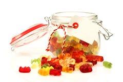 Choc en verre avec les bonbons colorés Photographie stock libre de droits