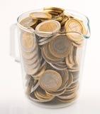 Choc en verre complètement de pièces de monnaie Photographie stock libre de droits