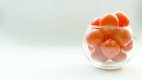Choc en verre miniature complètement de petites tomates Photos libres de droits