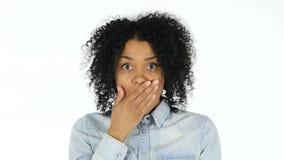 Choc, femme de couleur bouleversée sur le fond blanc banque de vidéos