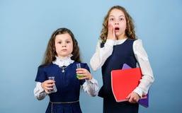 Chocado sobre resultados peque?as muchachas elegantes con el frasco de prueba Educaci?n de la biolog?a los niños estudian el labo fotografía de archivo libre de regalías