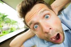Chocan al hombre del pánico Su cara está cercana a la cámara Él está abriendo su boca en sorpresa Imagen de archivo libre de regalías