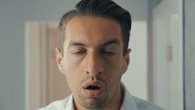 Chocan y se sorprenden al hombre joven Un hombre en vidrios de los lanzamientos de la sorpresa y miradas en la cámara en sorpresa metrajes