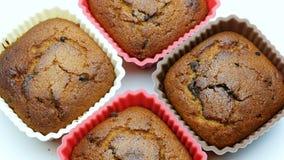 Choccolate-Braun-Muffinnachtisch oder Spitzendrehende Makrogesamtlänge 4k des kleinen Kuchens stock footage