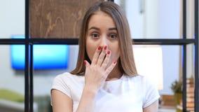 Chock mest ond överraskning för ung flicka Arkivbild