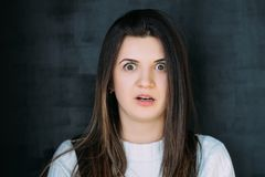 Chock skr?mde ansiktsuttryckfobi f?r ung kvinna royaltyfri fotografi