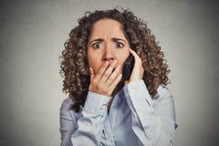 Chockad bedövad kvinna som får dåliga nyheter, medan tala på mobiltelefonen Royaltyfria Bilder