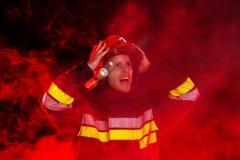 Chockad brandman i handling Arkivbilder