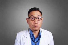 Chockad doktor Closing Mouth arkivbild