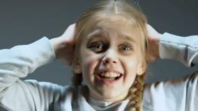 Chockad flicka som skriker se ljusa exponeringar, katastrof, psykologisk trauma lager videofilmer