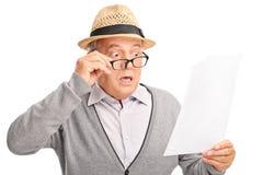 Chockad hög gentleman som ser räkningarna Arkivfoton