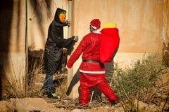 Chockad jultomten fotografering för bildbyråer