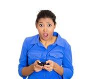 Chockad kvinna med telefonen Royaltyfri Bild