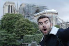 Chockad man observera rekonstruktionen av Notre Dame royaltyfria foton