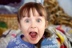 Chockad skrikig liten flicka Fotografering för Bildbyråer