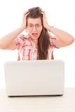Chockad tillfällig kvinna som ser bärbara datorn med den öppna ögonsneda bollen Arkivfoton