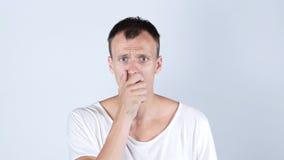 Chockad ung man i den vita t-skjortan Arkivbild