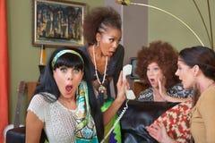 Chockade damer på telefonen arkivfoto