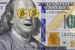Chockade Franklin på hundra dollarräkning med guld- bitcoin som ögon royaltyfria foton