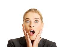 Chockade kvinnainnehavhänder på hakan Arkivbild
