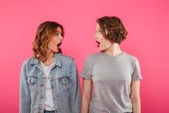 Chockade två emotionella kvinnor Royaltyfri Foto