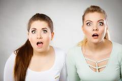 Chockade två och häpna kvinnor Fotografering för Bildbyråer
