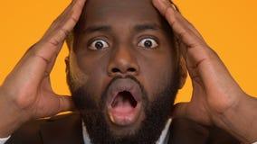 Chockat svart huvud för innehav för affärsman, förfallen stopptid, projektledning arkivfilmer