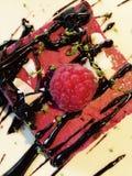 Chockolat de goût de gâteau et rasberry merveilleux photos libres de droits
