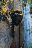 Chockstones i den Maligne kanjonen - Alberta, Kanada arkivfoton