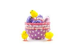Choclate ägg i kopp Arkivfoto