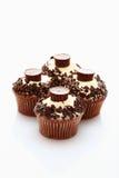 关闭与巧克力碎屑和choco的buttercream杯形蛋糕 免版税库存图片