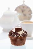 与巧克力碎屑和choco的Buttercream杯形蛋糕 免版税库存照片