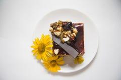 Chococake met bloemen wordt verfraaid die Stock Fotografie