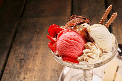 Chocolade, aardbei en vanilleroomijs Stock Foto's