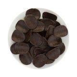 Chocolade behandelde rijstchips op een plaat Stock Fotografie