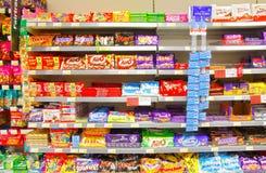 Chocolade bij planken het brandmerken Stock Foto