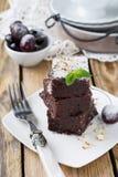 Chocolade brownies met gepoederde suiker en kersen op een donkere houten achtergrond Royalty-vrije Stock Foto's