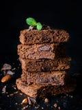 Chocolade brownies op donkere achtergrond Stock Afbeeldingen