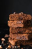 Chocolade brownies op donkere achtergrond Stock Foto's