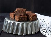 Chocolade brownies op een donkere achtergrond Stock Foto's